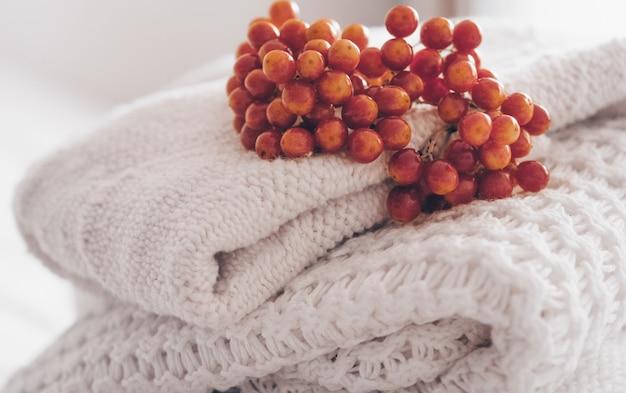 Chiuda sulla pila di maglioni lavorati a maglia accoglienti