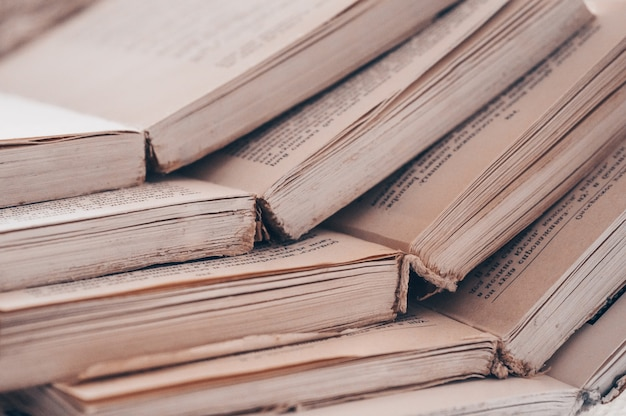 Primo piano pila di vecchi libri