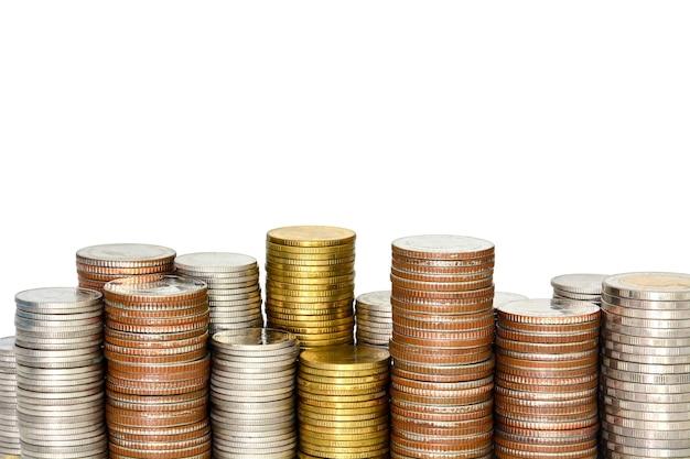 Chiudi una pila di monete d'argento e d'oro su sfondo bianco