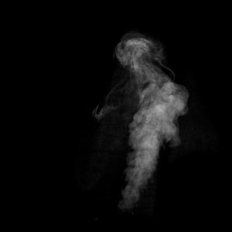 Close up di vapore fumo bianco isolato su sfondo nero.