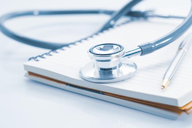 Close up stetoscopio sul blocco note vuoto come concetto medico
