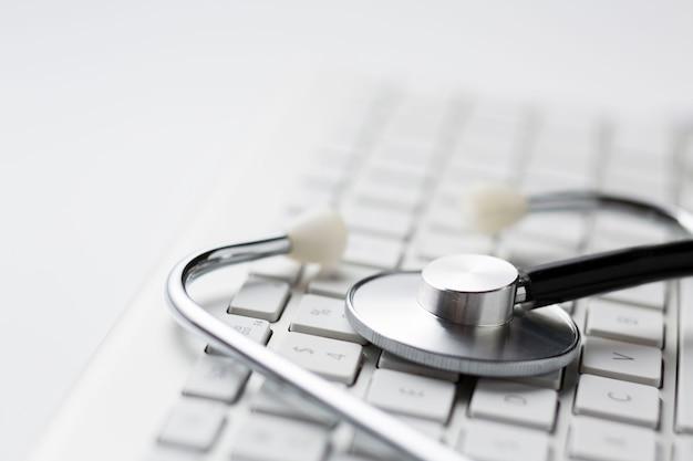 Primo piano dello stetoscopio sulla tastiera senza fili Foto Premium