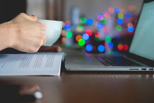 Chiuda sullo studente che fa i compiti sul tavolo a casa Foto Premium