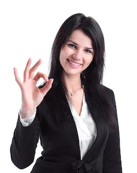 Primo piano. donna d'affari di successo che mostra gesto ok