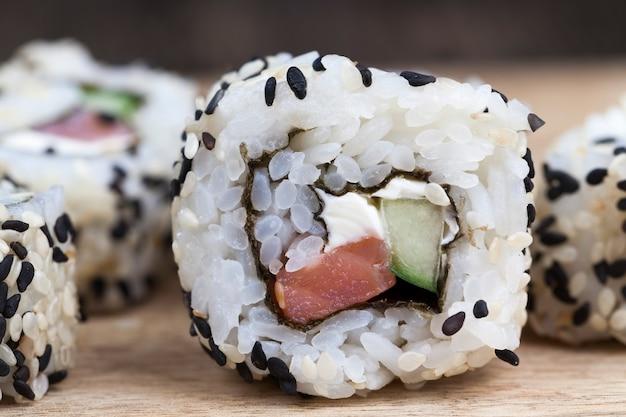 Primo piano su sushi di riso e trota