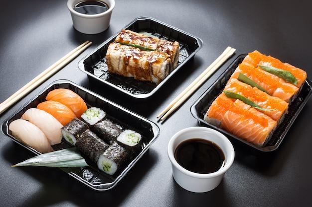 Primo piano sui rotoli di sushi serviti con salsa di soia