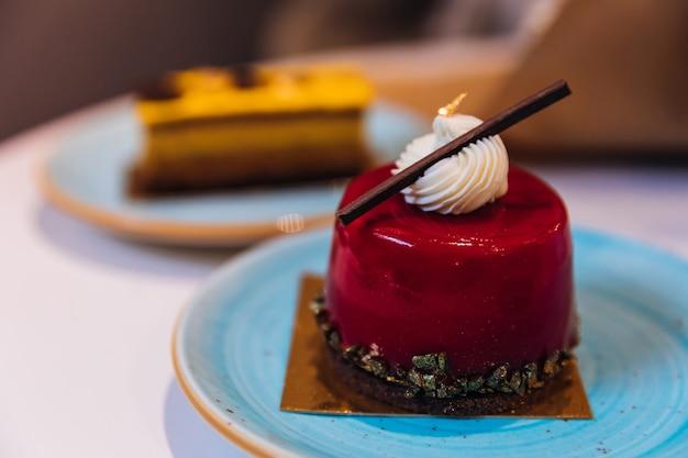 Close-up di dessert di gelatina dolce decorato con panna e cioccolato.
