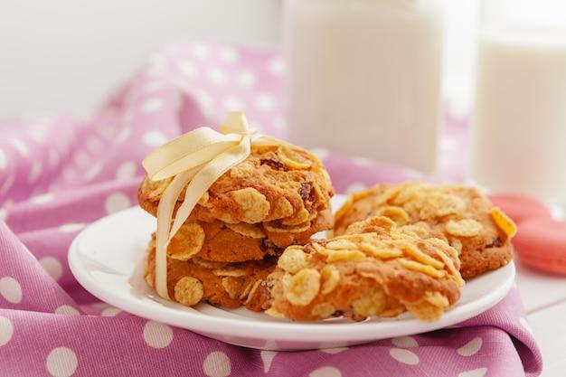 Chiuda in su dei biscotti minuscoli dolci impilati su una tabella di legno