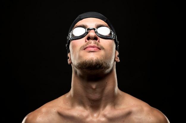 Nuotatore del primo piano che osserva in su