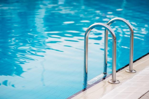 Primo piano sulla piscina con scale in hotel