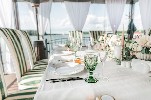 Avvicinamento. tavola servita per il banchetto di nozze. feste e tradizioni
