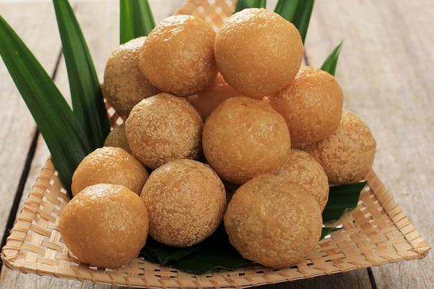 Close up tahu bulat (tofu tondo), piatto preferito indonesiano, fritto e condito con polvere di condimento. servito in piatto di bambù (pincuk)