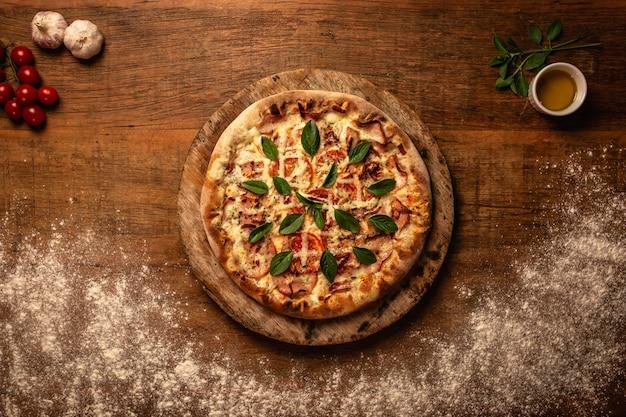 Primo piano di gustosa pizza su un tagliere di legno