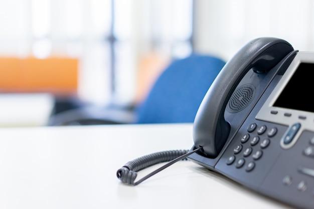 Vicino telefono fisso al concetto di ufficio