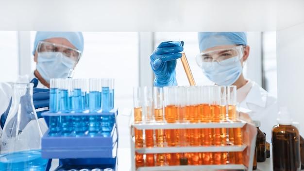 Avvicinamento. provette sul tavolo nel laboratorio biochimico. scienza e salute.