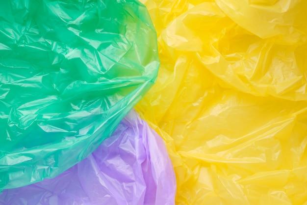 Primo piano texture di un sacchetto di immondizia di plastica multicolore. film in polietilene verde
