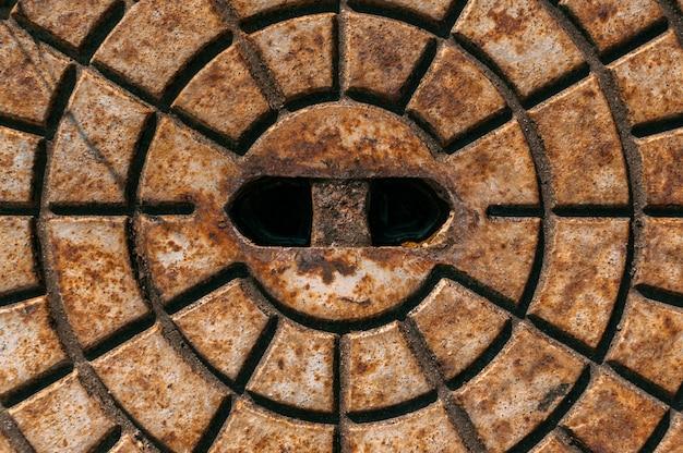 Primo piano, struttura del portello di metallo arrugginito.