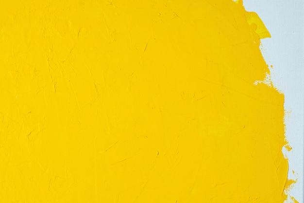 Close up texture vernice di colore giallo su tela di colore bianco pennellate segna il fondo