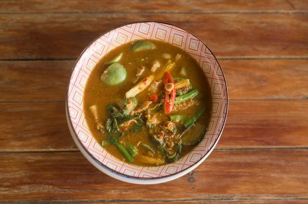 Un primo piano di cibo tailandese sul tavolo di legno
