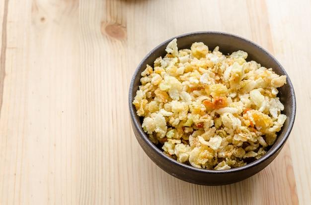 Chiuda su di riso dolce tailandese croccante, intrufolandosi nel tempo di rilassamento
