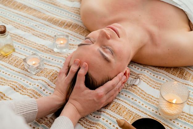 Primo piano terapista massaggiando la testa