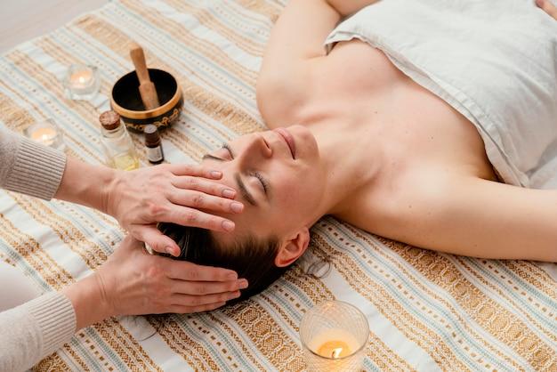 Primo piano terapista che massaggia il paziente