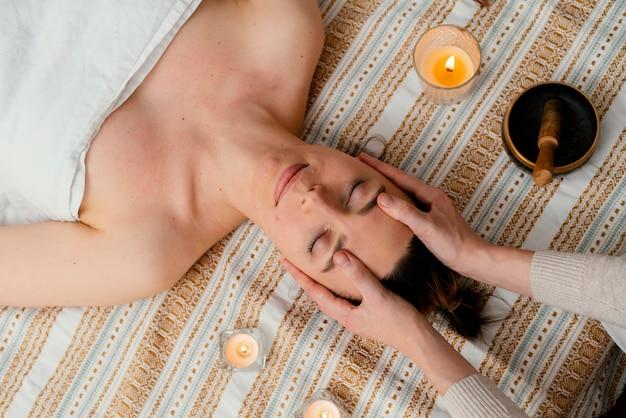 Primo piano terapista che massaggia donna
