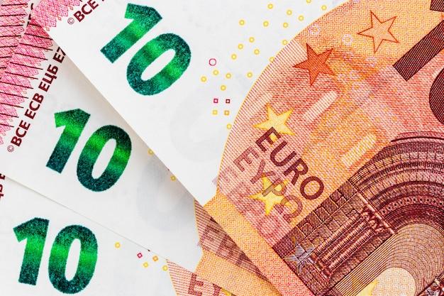 Primo piano di tre banconote da 10 euro davanti