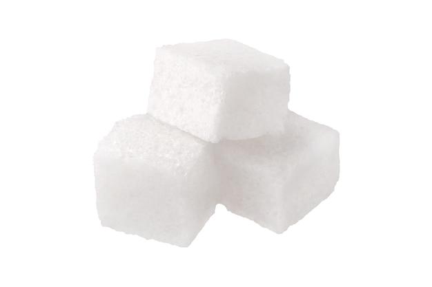 Close-up di tre cubetti di zucchero bianco, isolato su sfondo bianco