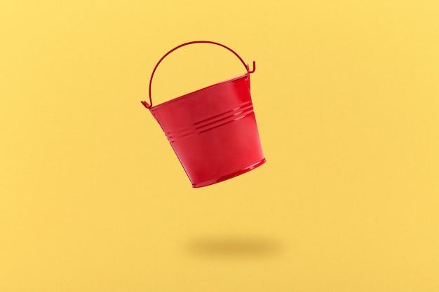 Primo piano su stagno levitante secchio rosso