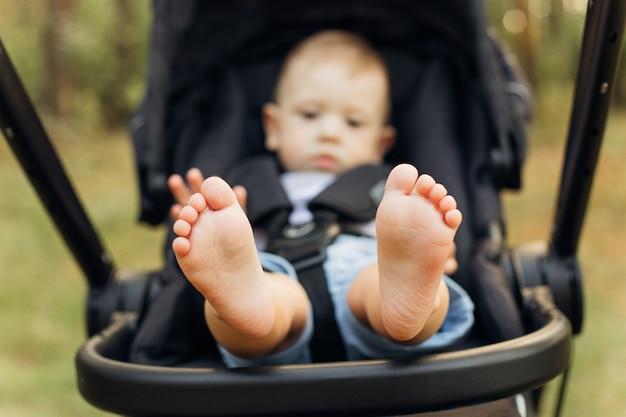 Primo piano del concetto di famiglia felice di piccoli piedi del bambino. bella immagine concettuale indoeuropeo kid piede