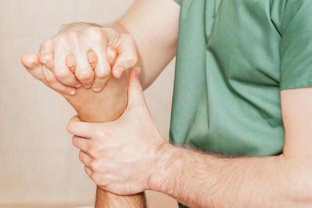 Primo piano delle dita dei piedi massaggio dell'uomo