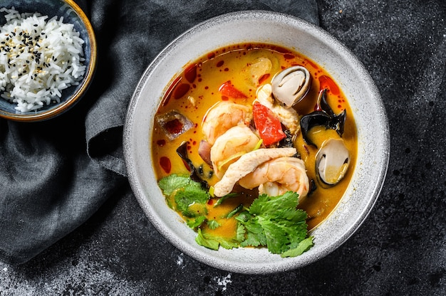 Primo piano sulla zuppa tom yam kung cucina thailandese