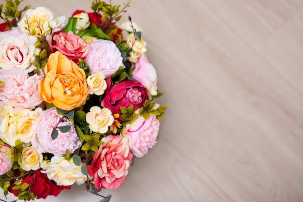 Primo piano vista dall'alto di un mazzo di fiori estivi e copia spazio sullo sfondo del tavolo in legno