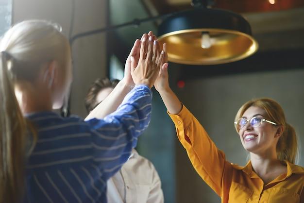 Primo piano vista dall'alto di giovani uomini d'affari che uniscono le mani. pila di mani. unità e concetto di lavoro di squadra.