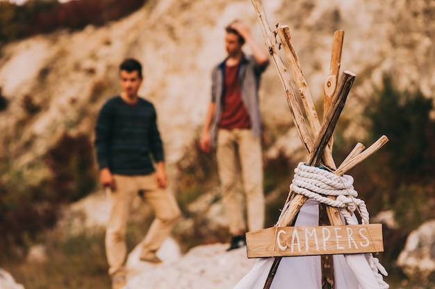 Primo piano della parte superiore di un wigwam con la scritta no camper in legno