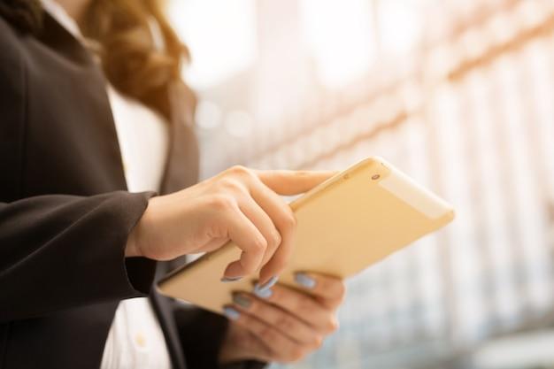 Close up toccare il clic del dito di giovane imprenditrice utilizzando tablet