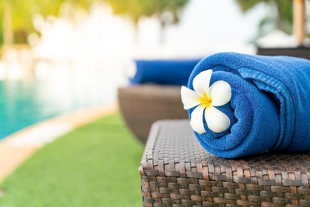 Primo piano asciugamano sulla sedia a sdraio - viaggio e concetto di vacanza