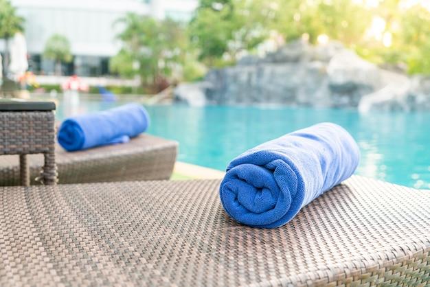 Asciugamano primo piano sulla sedia a sdraio - concetto di viaggio e vacanza
