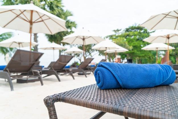 Asciugamano primo piano sulla sedia a sdraio. concetto di viaggio e vacanza