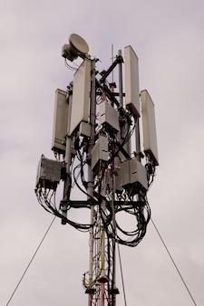 Primo piano della torre con antenna di rete cellulare 5g e 4g