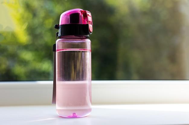 Primo piano della bottiglia di acqua trasparente per i bambini.