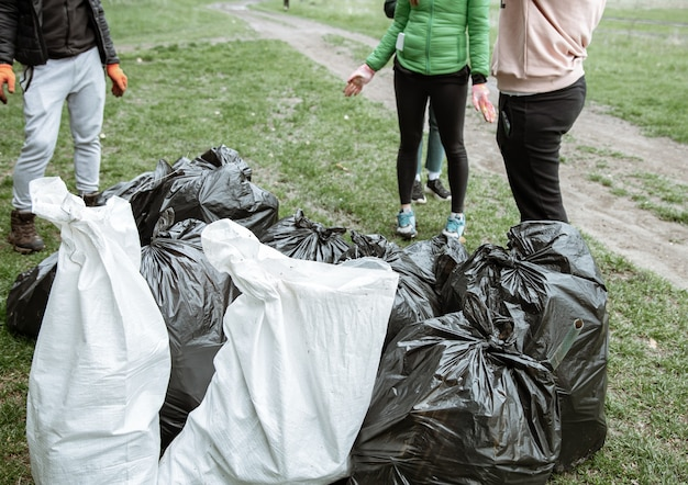 Primo piano di sacchi della spazzatura pieni di spazzatura dopo aver pulito l'ambiente.