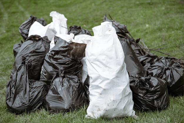 Primo piano di sacchi della spazzatura pieni di spazzatura dopo aver pulito l'ambiente