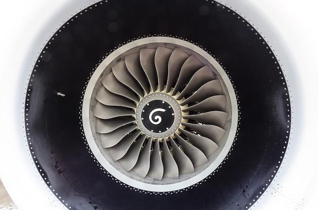 Primo piano di un motore a getto turbofan in aereo moderno.