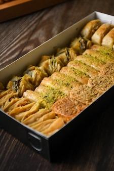 Close up baklava turco pasticceria dolce con scatola
