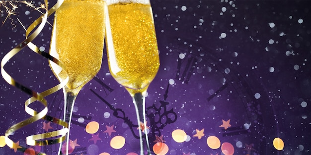 Primo piano di due bicchieri di champagne con nastro d'oro su viola scuro