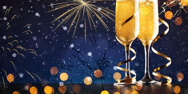 Primo piano di due bicchieri di champagne su sfondo scuro