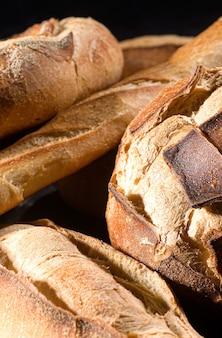 Close-up di un tipo di pane italiano, sullo sfondo.