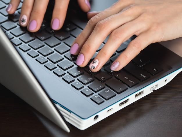 Primo piano di digitare le mani di donna con una manicure creativa sul tema del coronavirus